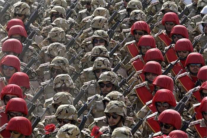 Quân đội Iran diễu hành trước lăng tưởng niệm nhà lãnh đạo cách mạng Ayatollah Khomeini ở thủ đô Tehran
