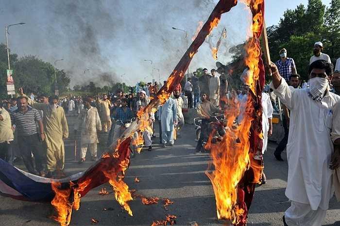 Người biểu tình đốt cờ Mỹ để phản đối bộ phim được cho là 'nhạo báng' đạo Hồi ở Islamabad, Pakistan
