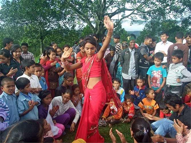 Vũ công xinh đẹp nhảy múa trong lễ hội dành cho những người phụ nữ theo đạo Hindu diễn ra ở Nuwakot Arghakhanchi, Nepal