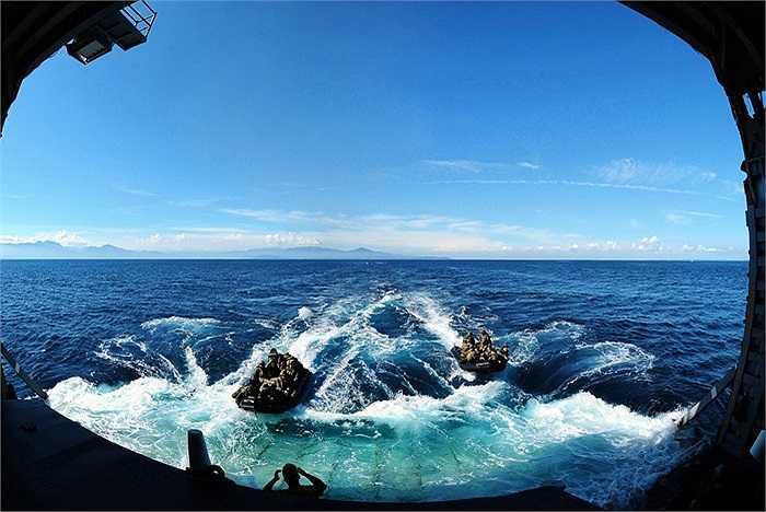 Lính thủy đánh bộ Mỹ dùng tàu cao su rời tàu đổ bộ USS Tortuga trong một hoạt động tại Okinawa, Nhật Bản