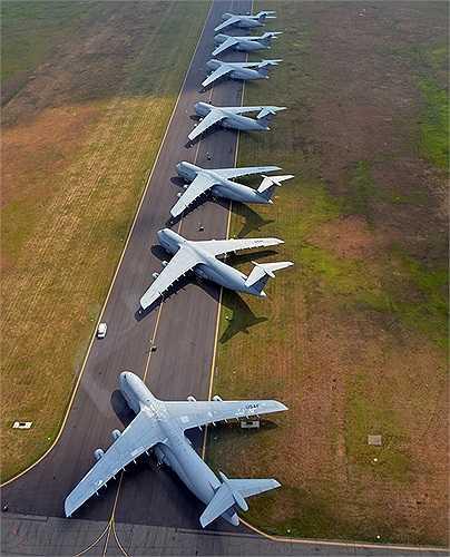 Những máy bay của Không quân Mỹ đang xếp hàng tại căn cứ không quân Westover