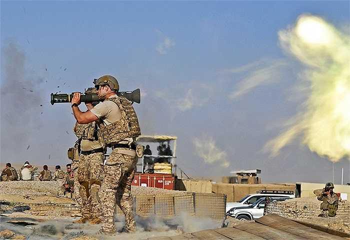 Một đặc nhiệm Mỹ đang sử dụng súng phóng tên lửa vác vai AT-4 tại Afghanistan