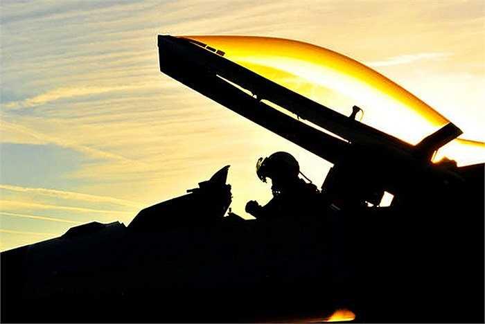 Phi công đang kiểm tra kĩ thuật chiếc F-16 Fighting Falcon tại căn cứ không quân Spangdahlem, Đức