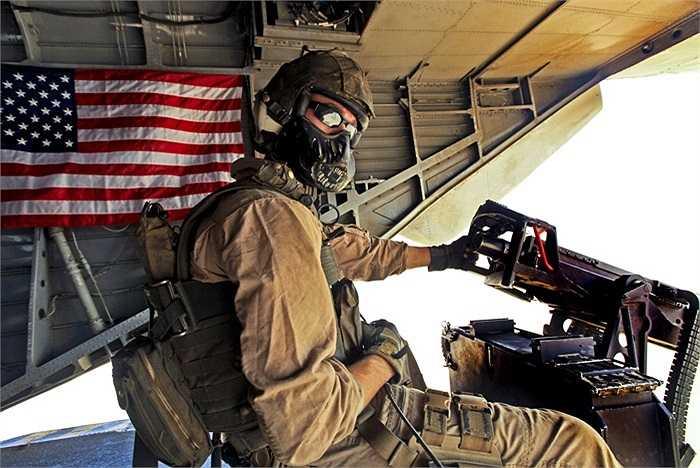 Binh sĩ Kyle M. Taylor lực lượng lính thủy đánh bộ Mỹ trên trực thăng CH-53D Sea Stallion ở Afghanistan