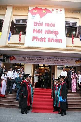 Lãnh đạo trường ĐH Kinh tế Quốc dân ra tận phía ngoài hội trường để đón Phó thủ tướng, Bộ trưởng Kinh tế và Công nghệ Đức gốc Việt Philipp Rösler