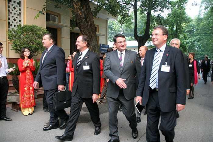 Đi theo Phó thủ tướng, Bộ trưởng  Kinh tế và Công nghệ Đức Philipp Rösler là rất nhiều quan chức ngoại giao và các doanh nghiệp của Đức
