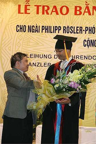 Thứ trưởng Bộ GD&ĐT Bùi Văn Ga tặng hoa và chúc mừng ngài Philipp Rösler