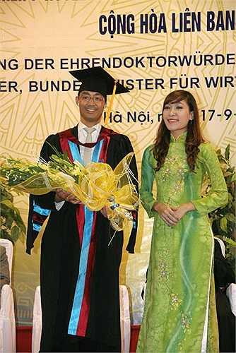 Cô nữ sinh xinh đẹp Đào Phan Thanh Thư được vinh dự tặng hoa cho ngài Philipp Rösler