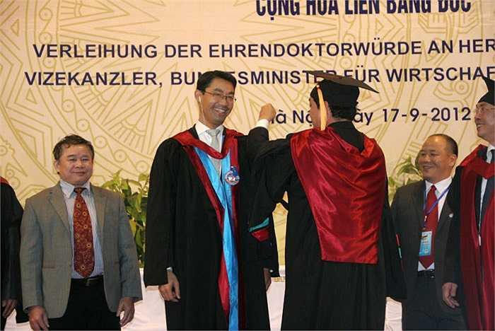 Ông vui vẻ đón nhận danh hiệu cao quý này