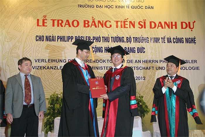 Đây không phải là lần đầu tiên ĐH Kinh tế Quốc dân trao tặng bằng Tiến sĩ danh dự cho một chính khách nước ngoài