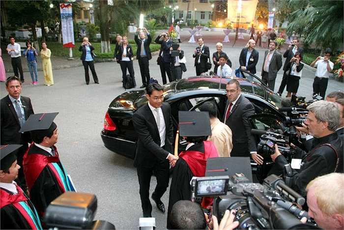 Phó Thủ tướng Philipp Rösler nhận được sự chào đón nồng hậu từ lãnh đạo trường ĐH Kinh tế Quốc dân