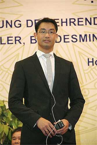 Ngài cũng rất chăm chú lắng nghe những bài phát biểu của lãnh đạo Bộ GD&ĐT, lãnh đạo trường ĐH Kinh tế Quốc dân