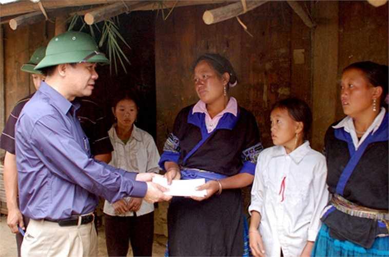 Tạ Văn Long - Phó chủ tịch Thường trực UBND tỉnh thăm hỏi và chia sẻ các gia đình bị nạn