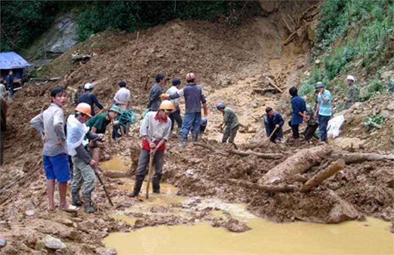 Hàng trăm người được huy động tham gia công tác cứu nạn.