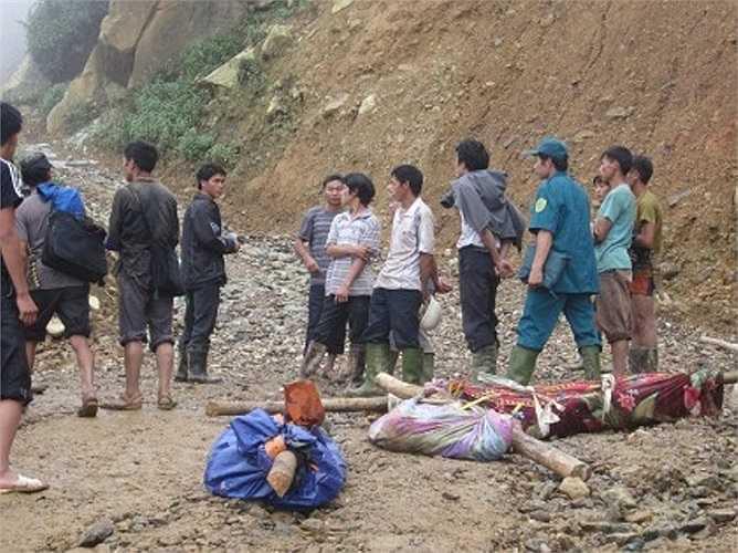 Các thi thể được đưa ra khỏi đống đổ nát