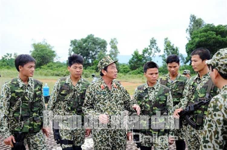 Thiếu tướng Trần Xuân Hòe, Tư lệnh Binh chủng Đặc công, giao nhiệm vụ cho các chiến sĩ tham gia diễn tập.