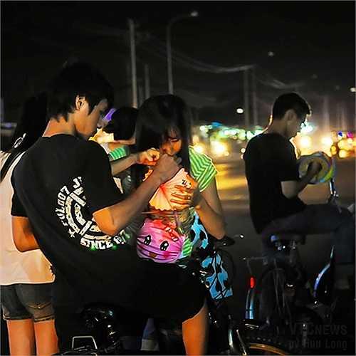 Không chỉ các bé thiếu nhi thích rước đèn, các cô cậu tuổi teen cũng hào hứng không kém.