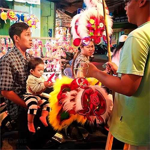 Người mua kẻ bán tấp nập, trẻ em tha hồ nhìn ngắm thỏa thích.