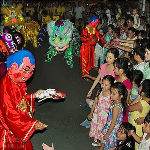 Trung Thu về, trẻ em tụ tập xem múa lân, rước đèn, ăn bánh, ca hát vui đùa.
