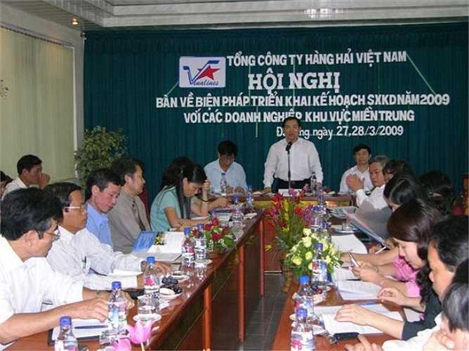Dương Chí Dũng chủ trì một cuộc họp bàn kế hoạch phát triển Vinalines năm 2009.