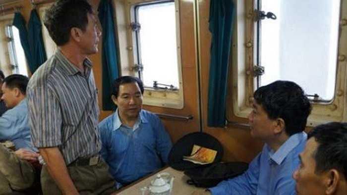 Dương Chí Dũng và Bộ trưởng Bộ GTVT Đinh La Thăng  và trò chuyện với đội tàu công tác trong chuyến thăm đảo Trường Sa.