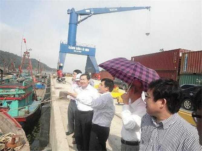 Dương Chí Dũng cùng lãnh đạo UBND tỉnh Nghệ An khảo sát thực địa tại cảng Cửa Lò Nghệ An vào ngày 21/3/2012.