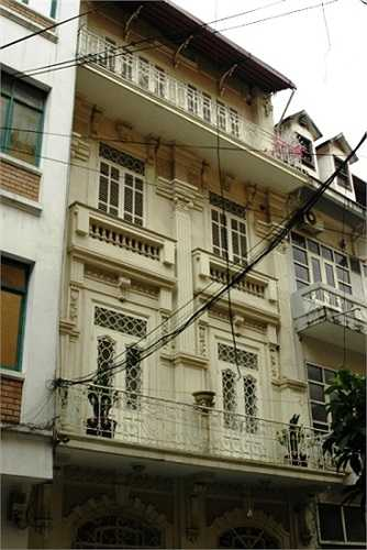 Tuy nhiên, vào thời điểm cơ quan CSĐT thực hiện lệnh bắt, khám xét thì Dương Chí Dũng đã bỏ trốn. Ngôi nhà của ông ta trên phố Nguyên Hồng cũng đóng kín cửa.