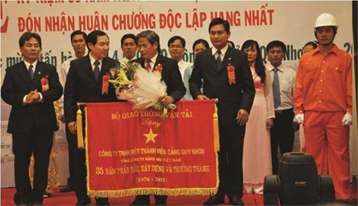 Dương Chí Dũng với cương vị là Tổng Giám đốc Vinalines tặng cờ cho một đơn vị thành viên.