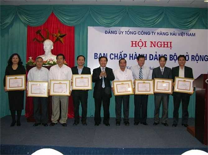 Chủ tịch HĐQT kiêm TGĐ Dương Chí Dũng trao Giấy khen cho các Đảng viên hoàn thành xuất sắc nhiệm vụ năm 2008 tại Vinalines.