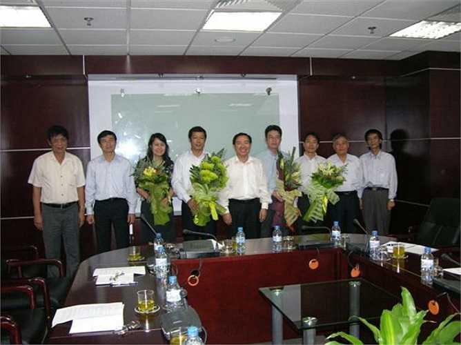 Dương Chí Dũng tặng hoa chúc mừng các tân Phó Tổng Giám đốc Vinalines khi còn là Chủ tịch HĐQT, TGĐ Vinalines.