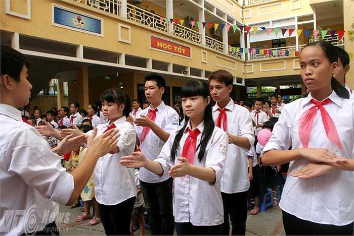 Lặng người xúc động khi những học sinh trường PTCS Xã Đàn (Hà Nội) hát quốc ca bằng tay