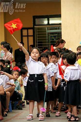 Những em học sinh lớp 1 vui mừng khi được tham gia vào một lễ khai giảng đặc biệt