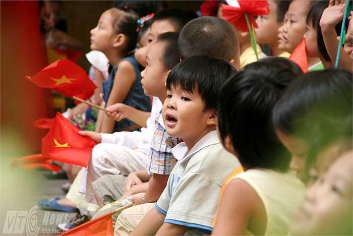 Khuôn mặt chăm chú, rạng rỡ của nhiều đứa trẻ thiệt thòi cũng khiến các bậc phụ huynh ấm lòng