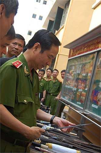 Thứ trưởng Bộ Công an Phạm Quý Ngọ kiểm tra 'kho' vũ khí lực lượng 141 thu được.