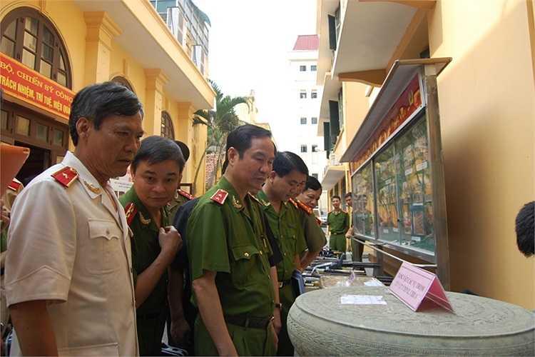 Quyền GĐ CATP-Hà Nội, Đại tá Nguyễn Đức Chung; Phó GĐ CATP, Thiếu tướng Trần Thuỳ cùng lãnh đạo Bộ Công an kiểm tra vũ khí tang vật.