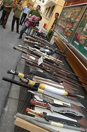Theo báo cáo của CATP Hà Nội, tổng số vũ khí tang vật là 1723 vũ khí các loại.