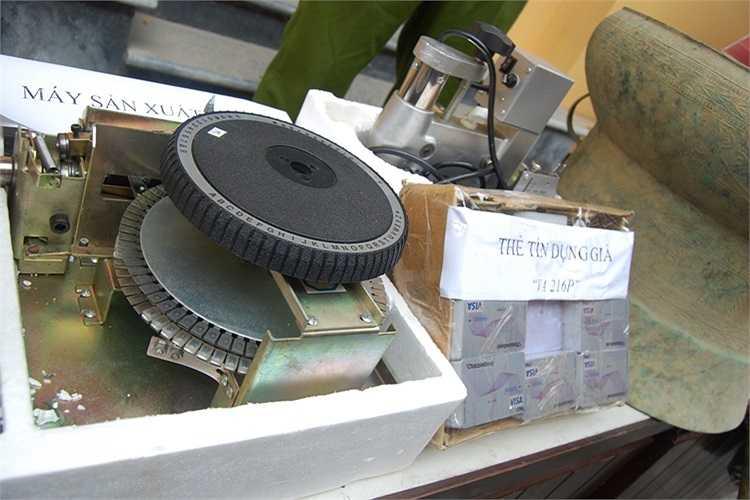 Máy làm thẻ visa bị cảnh sáy phát hiện và thu giữ.