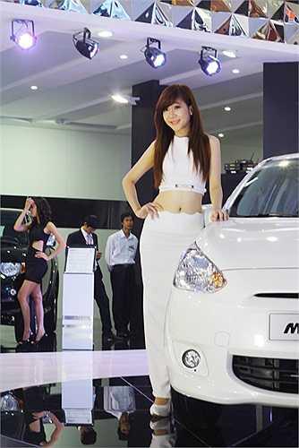 ... Trang phụ hở eo thon rất hấp dẫn của người đẹp Mitsubishi