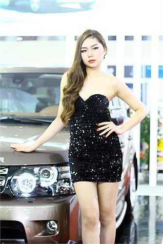 Cô gái có đôi chân dài bất tận của Land Rover
