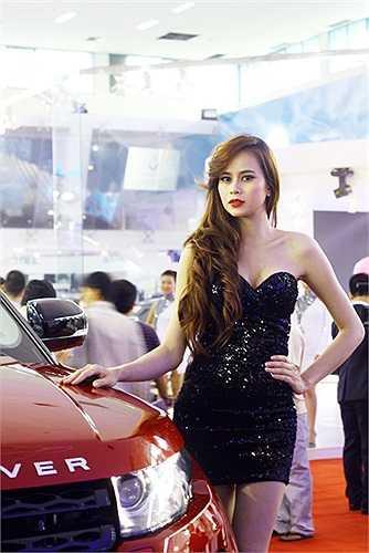 Cô gái của Land Rover mặc trang phục rất gợi cảm so với các hãng xe khác
