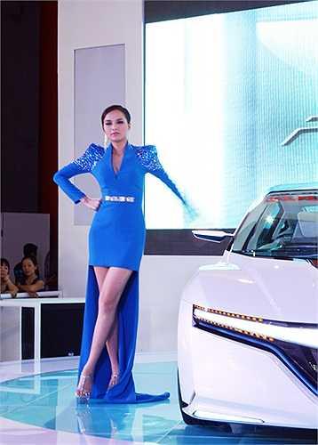 Hoa hậu thế giới người Việt trông rất sang trọng và quý phái