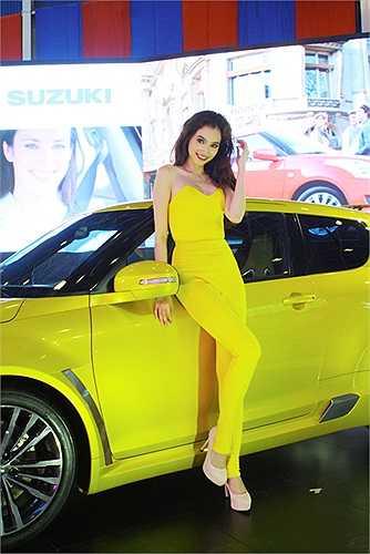 Trúc Diễm thật nổi bật 'tông xuyệt tông' với chiếc xe màu vàng của Suzuki