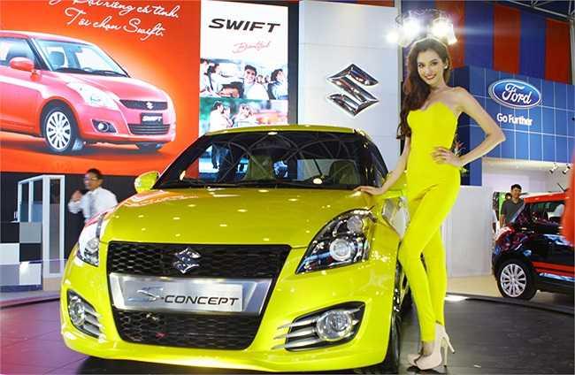 Suzuki đã mời nhà thiết kế riêng để tạo trang phục cho Trúc Diễm trình diễn bên cạnh chiếc xe của mình