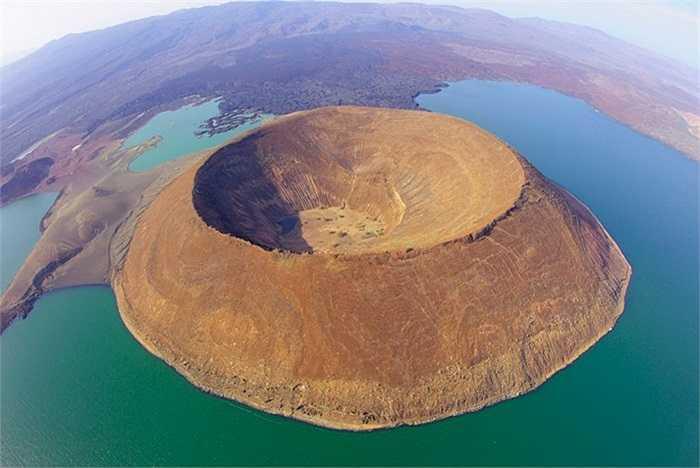 Miệng núi lửa trong lòng hồ trên sa mạc lớn nhất thế giới Turkana tại thung lũng Great Rift, Kenya