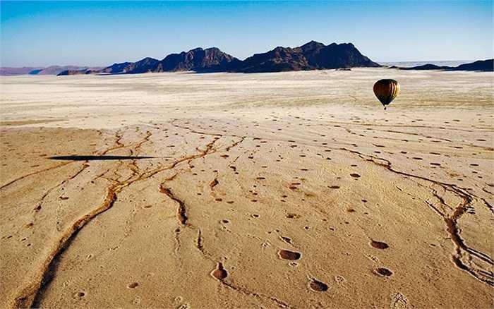 Một quả khinh khí cầu bay qua bầu trời sa mạc Namib ở Namibia