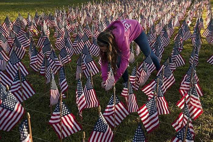Bé gái Brandi Walker (13 tuổi) cắm cờ tưởng niệm các nạn nhân thiệt mạng trong vụ khủng bố 11/9/2001 ở thành phố New York, Mỹ