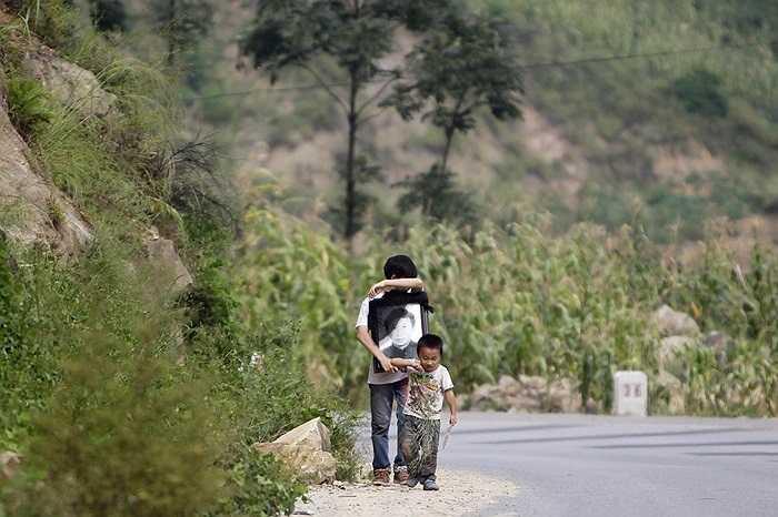 Chú bé Deng Shui (14 tuổi) ôm di ảnh trong đám tang của người cha qua đời vì động đất ở miền tây nam Trung Quốc