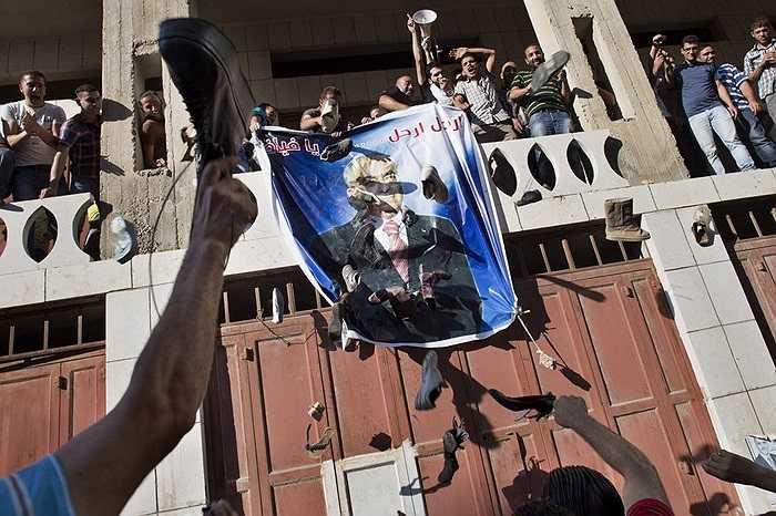 Người dân Palestine phẫn nộ ném giày vào bức ảnh Phó Thủ tướng Salam Fayyad trong một cuộc biểu tình ở Hebron, khu Bờ Tây