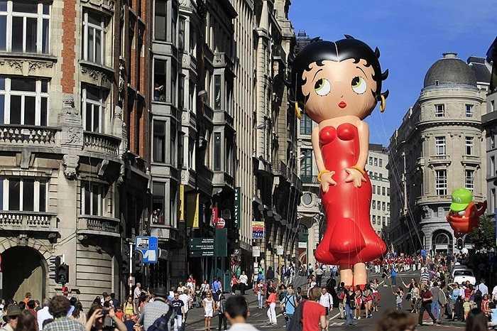 Bóng búp bê Betty Boop khổng lồ trong Lễ hội Bóng bay ở thủ đô Brussels, Bỉ