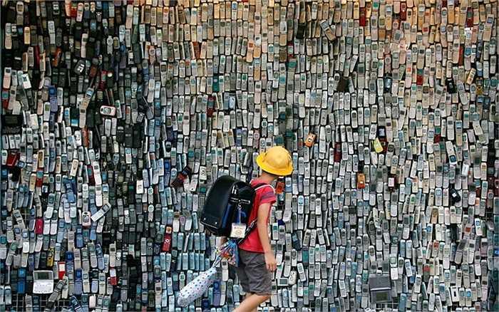 Những chiếc đện thoại đời cũ được treo đầy trên tường của một cửa hàng điện tử ở thủ đô Tokyo, Nhật Bản